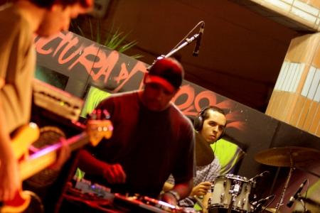 Tobias no scratch e Gusmão na batera- foto de Marcelo Dante